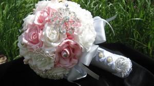 brooch-bouquet-681536_1280